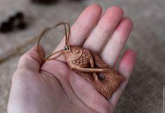 """Купить """"На крючке"""" резной кулон/брелок рыбка. Резьба по дереву - коричневый, кулон из дерева"""