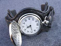 Harry+Potter+vreckové+/+náramkové+hodinky+Náramok+je+vyrobený+z+pravej+kože+(+zákazková+výroba+)+Farba:+černá+Šírka:+6+cm+Hodinky+Vreckové+hodinky+Quartz+Vyrobím+podľa+požiadavky.+Potrebujem+Váš+obvod+zápästia.+Hodinky+vyrobím+podľa+požiadavky+tak+aby+sedeli+na+vašu+ruku.+Pred+kúpou+mi+napíšte+správu+a+všetko+upresníme