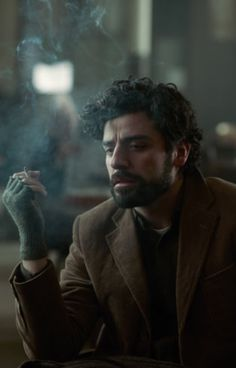 "curiouswildi: ""Oscar Isaac in 'Inside Llewyn Davis' photo by Alison Cohen Rosa "" Oscar Isaac, Pretty People, Beautiful People, The Secret History, Carrie Fisher, Pretty Men, Cultura Pop, Male Beauty, Cinematography"