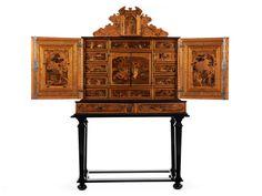 Höhe: 198 cm. Breite: 120 cm. Tiefe: 55 cm. Um 1590/ 1600. Dreiteiliger Aufbau, im Unterteil ein Kabinetttisch mit ebonisierten, vierkantigen, nach unten sich...