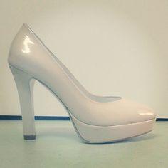 #Peeptoe #charol #nude #plataforma #tacones #highheels #platform #pumps #zapatos #peeptoes #scarpe #schuhe #chaussures #oinetakoak #sabates #moda #fashion #look  BUY//COMPRAR: www.jorgelarranaga.com/es/home/359-403.html