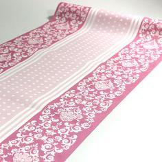 Bordløber med mønster i flot lyserød farve. Bordløberen er lavet i kraftigt Airlaid materiale. Den kan anvendes som bordløber ned midt på bordet, eller som kuvert løber på tværs af bordet.