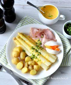 het is weer aspergetijd!  Dit zijn de klassieke witte asperges met ham en ei!