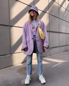 Lila coat with denim jeans and yellow cross body bag, trendy street wear summer looks Fashion Killa, Look Fashion, 90s Fashion, Winter Fashion, Fashion Outfits, Womens Fashion, Fashion Trends, Summer Street Fashion, Ankara Fashion