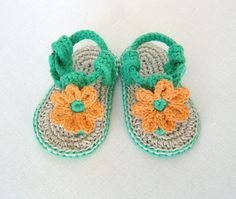 Summer has never been such fun, or so colorful!Make your own cute little sandals for baby in no time! Softer than any sandals I've seen and very sturdy with double layer soles.Two different options for flowers so you can have some fun choosing - why not make one pair of each in different colors? Ideal if you have twins!Requires only a small amount of yarn- Shown in try Drops Bomull-Lin (soles) and Drops Paris. Suggested substitutes are shown below.Easy and quick to make if you've mastered…