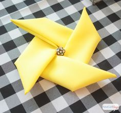 Quick and easy video tutorial on how to fold napkins into a pinwheel shape. This pinwheel napkin fold trick works with cloth napkins or paper napkins. Such a fun touch for a summer party or a carnival theme event. Diy Wedding Napkins, Wedding Napkin Folding, Cloth Napkin Folding, Folding Napkins, How To Fold Napkins, Simple Napkin Folding, Christmas Tree Napkin Fold, Christmas Napkins, Paper Napkins