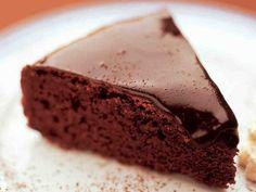 Perinteinen suklaakakku on yksi Yhteishyvän lukijoiden suosikkiresepteistä. Sweet Pastries, Little Cakes, Piece Of Cakes, Sweet And Salty, Something Sweet, Coffee Cake, I Love Food, No Bake Cake, Sweet Recipes