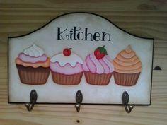 Cabideiro cupcake, feito em MDF de 9 mm de espessura. <br>Pintei com tinta acrílica, envernizei com acrílico fosco. Pintado a mão, não é decoupage. <br>Possui 3 ganchos para pano de prato e avental e na parte de traz 2 triângulos para pendurar na parede