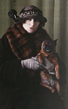 Colette et son bouledogue français Toby-chien, photographie autochrome de Roger…