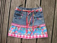 leuk idee om jeansrokjes die te kort worden wat terug te verlengen om wat langer te kunnen dragen of om saaie jeansrokjes wat leuker te maken Sewing Patterns For Kids, Clothing Patterns, Folk Fashion, Fashion Kids, Skirts For Kids, Sewing Kids Clothes, Maila, Diy Clothes Videos, Clothes Refashion