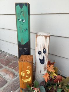 3 extremely cute and sturdy wood Halloween display/decor pieces for your hearth, front door or wherever youd like to place them! - Tischdeko - Diy and Home Halloween Displays, Fete Halloween, Holidays Halloween, Halloween Makeup, Halloween College, Halloween 2019, Girl Halloween, Group Halloween, Halloween Table