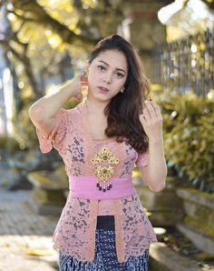 Batik Kebaya, Batik Dress, Kebaya Bali Modern, Bali Girls, Kebaya Brokat, Model Kebaya, Kebaya Muslim, Indonesian Girls, Beautiful Asian Women
