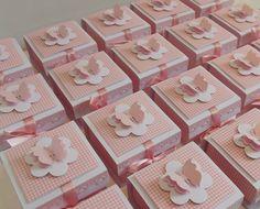Caixa para bem nascido (bem casado), pão de mel ou doces, em papel de gramatura entre 180gr e 250 (dependendo da cor). Tampa lisa com aplique e detalhes em papel. Fita em cetim. Perfeita para cenário maternidade, batizado e festas em geral. <br>Medidas: Largura: 7,5X7,5cm Altura: 5cm <br>Consulte-nos sobre disponibilidade de cores. <br>Preço para embalagem, doces não acompanham.