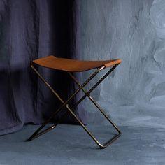 Platz nehmen auf dem Falthocker/Faltstuhl/Klapphocker aus Leder und Metall im dänischen Design von Broste aus Kopenhagen