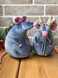 Rat, Christmas mouse, Rat holding firtree, New Year rat Gifts, Christmas rat Min. Cute Christmas Tree, Christmas Crafts, Rats Mignon, Mouse Crafts, Fabric Crafts, Felt Crafts, Cute Rats, New Years Decorations, Creation Couture