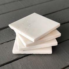 <p>Eleganta underlägg i vit marmor!  Skydda bordet med ...</p>