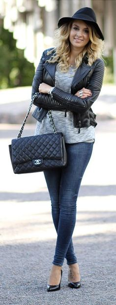 Jeans, grey sweater, black pumps, black leather jacket, black Chanel bag, black hat ☑️