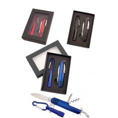 Darilni set vsebuje večnamenski nož in žepno led svetilko z karabinom. Pakirano v lepi darilni škatli z prozornim oknom.