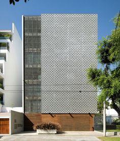Edifício Multifamiliar Córdova - Lima, Peru. Projeto por Jordi Puig. O ponto de partida para a concepção deste projeto foi uma homenagem à imagem arquitetônica projetada pelo renomado arquiteto Oscar Niemeyer, para este efeito foi utilizado um azulejo projetado especialmente para o projeto e utilizado para conformar um grande mural na sua fachada.