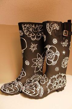 bottes caoutchouc noir mat transformées en bottes de fantaisie