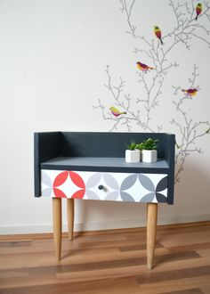 CHEVET vintage, table de nuit, en bois massif , coloris noir, gris, rouge de la boutique atelierdelachoisille sur Etsy