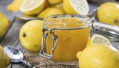 Ingredienti: Limoni q.b.  Preparazione: Lavare bene i limoni e cuocerli in un tegame colmo d'acqua per circa 20 minuti. Trascorso il tempo indi