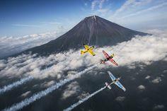 今週末の6月4日(土)、5日(日)に幕張海浜公園にて開催されるRed Bull Air Race 2016 Chibaに先駆けエアレース・パイロットが富士山上空を駆け巡った。