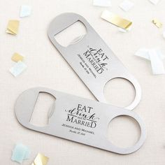 Wedding favor ideas + inspiration to help you ditch the favors guests will toss and give them something unique that they'll want to keep! Cute favor ideas, sustainable wedding favors, food favors, DIY wedding favors and other favors that guests will love! Summer Wedding Favors, Creative Wedding Favors, Inexpensive Wedding Favors, Elegant Wedding Favors, Edible Wedding Favors, Cheap Favors, Personalized Wedding Favors, Wedding Favors For Guests, Diy Wedding