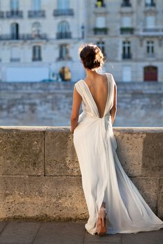 backless-chiffon-wedding-dress #folk bride