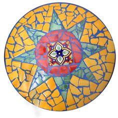 Bei diesem Mosaik-Tisch wurde die runde Fläche sternförmig aufgeteilt. Einen schönen Effekt bringt die Verfugung mit blau eingefärbter Fugenmasse.