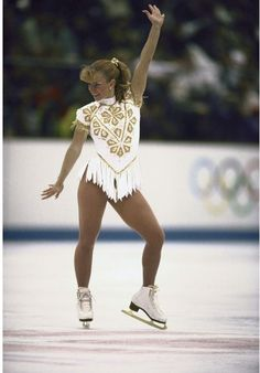 Best Olympic Ice Skating Costume: Tonya Harding, 1992 Pre-Kerrigan scandal, Tonya made headlines for being the only American woman to land a triple axel in competition—and for this gilded fringe masterpiece. Tonya Harding, Figure Skating Outfits, Figure Skating Dresses, Figure Skating Costumes, Ice Skating Beginner, Katharina Witt, Olympic Ice Skating, Ice Girls, Ice Skaters