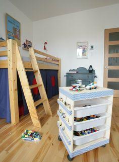selbst gebastelter lego tisch mit toller deko und ablage f r lego figuren kinderzimmer. Black Bedroom Furniture Sets. Home Design Ideas