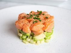 Salmon Tartare | Recipe by Ivey Leidy via Palm Beach Illustrated. Whisk together the grated ginger, lime juice, coconut aminos, and sesame oil. Using this mixture, marinate the cubed salmon for 15 minutes in the fridge. When ready, add diced cucumber and avocado in layers in a stainless-steel food tower form; top with salmon. Garnish with cilantro, sesame seeds, and chopped chives. #salmon #sesameoil #toasted #Maruhon Toasted Sesame Oil Recipe, Toasted Sesame Seeds, Picked Red Onions, Tartare Recipe, Salmon Tartare, English Cucumber, Pickled Onions, Frozen Strawberries, Cucumber Salad