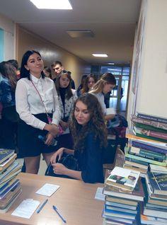 Студенти з нетерпінням чекають свої книжки (2017-2018 навчальний рік).