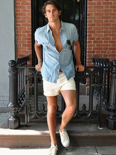 A light blue chambray short sleeve shirt and beige shorts are both versatile menswear must-haves that will integrate nicely within your off-duty wardrobe. If not sure about what to wear when it comes to shoes, go with a pair of white canvas low top Beige Shorts, Light Blue Shorts, Stylish Men, Men Casual, Mens Casual Summer Outfits, Casual Shorts Outfit, Dress Casual, Smart Casual, Spring Outfits