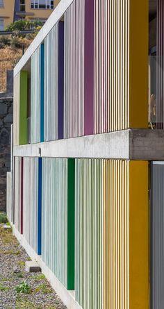 """Detalle de fachada. Centro dotacional """"El Lasso"""" por Romera y Ruiz Arquitectos, Las Palmas de Gran Canaria, España. Fotografía © Simón García."""