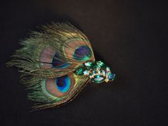 Emerald brooch barrette with peacock feathers, a vintage hair accessory from #dottieandrose
