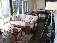 ダークブラウン色の床にウォールナット無垢材の家具を合わせたコーディネート実例です!オリジナルブランド「authenticity」Cタイプsofaを中心にコーディネートしております