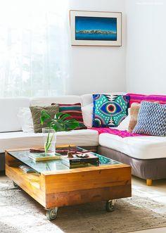 06-decoracao-sala-estar-clima-praia-almofadas-coloridas