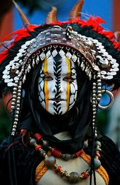 Let these 17 examples of cultural face paint remind you how elaborate and beautiful body art is. Cara Tribal, Tribal Face, Beautiful World, Beautiful People, Beautiful Body, People Around The World, Around The Worlds, Interesting Faces, Face Art