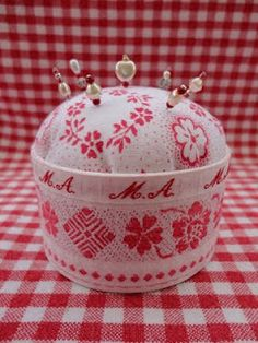 Tutorial for pincushion.  I would take up hand sewing if I could use this, it's so cute!