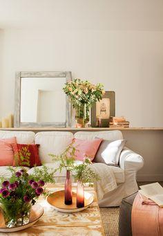 Balda tras sofá con espejo y detalles, mesa de centro decapada 00410406