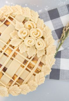 Thanksgiving Pie Crust Designs: Leaf covered top with rose arrangement! Thanksgiving Pie Crust Designs: Leaf covered top with rose arrangement! No Bake Desserts, Just Desserts, Delicious Desserts, Pie Crust Designs, Pie Decoration, Pies Art, Pie In The Sky, Thanksgiving Pies, Rose Arrangements