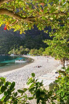 Sugar Beach is one of the most beautiful Caribbean beaches in St Lucia St Lucia Honeymoon, Romantic Honeymoon, Romantic Vacations, Sugar Beach St Lucia, St Lucia Island, Winter Sun, Destin Beach, Island Beach, Honeymoon Destinations