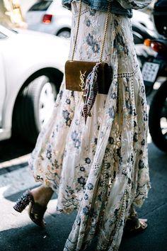 She's Got STYLE - lovin' these looks-- White, right. Milan Fashion Week Street Style Vogue Duang Posh Pajama look de Emilio Pucci photo: Aldo Decaniz Jeans, White Shi Look Boho, Bohemian Style, Boho Chic, Bohemian Outfit, Hippie Style, Hippie Chic, Boho Dress, Hippie Masa, Modern Hippie