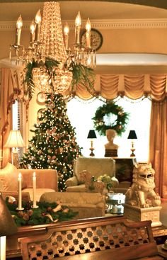 Beaux Mondes Designs: Green,Gold & Sliver Christmas - Love the valance on the window. French Christmas, Elegant Christmas, Little Christmas, All Things Christmas, Winter Christmas, Christmas Ideas, Southern Christmas, Christmas Mantels, Holiday Ideas