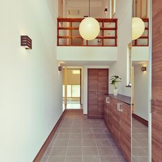 WM(和モダン)タイプの玄関ホール。玄関扉を開けた瞬間に目に入る広い土間と吹抜けは来客者の印象に残る空間です。奥は和室になっていて和紙の照明器具と相まって和モダン空間を創り上げます。 #太陽住宅#愛知県#工務店#家#家づくり#注文住宅#自由設計#建築#設計#施工事例#間取り#ホーム#玄関#玄関ホール#廊下#ドア#マイホーム#一戸建て#暮らし#住まい