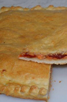 Empanada de bonito y pimientos caramelizados. Nos mola mucha la mezcla del bonito con el dulzor de los pimientos. 🤤🤤🤤
