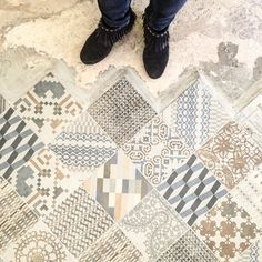 Chaussures sages pour carreaux excentriques. It means better wear single colour shoes with this floor # #ihavethisthingwithfloors #ihavethisthingwithtiles #tiles #tile #tileaddiction #fromwhereistand #sotd #pursuepretty #thatsdarling #neverstopexploring #nothingisordinary #shoes #shoestagram #shoeselfie #shoesaddict #shoesinthenow by shoes.in.the.now