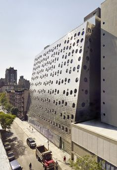 """Hotel Downtown - New York - Chelsea.  Reformado pela empresa americana """"Arquitetos Handel"""" sua fachada é revestida em aço inoxidável perfurados e janelas circulares que parecem flutuar como bolhas."""